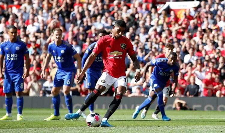 Pha đá phạt đền thành công của Rashford giúp Man Utd giành ba điểm. Ảnh: Reuters.