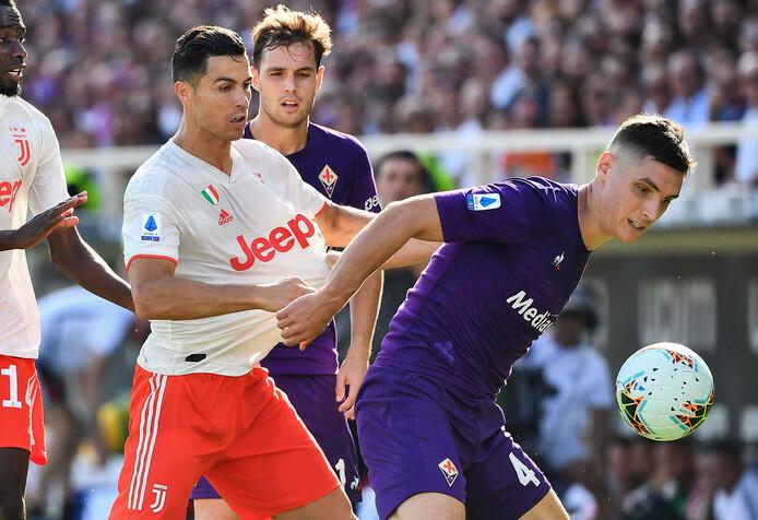 Ronaldo (trái) bị hậu vệ Fiorentina chăm sóc rất kỹ. Ảnh: AFP.
