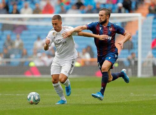 Hazard (trái) chơi trận La Liga đầu tiên trong màu áo Real. Ảnh: Reuters