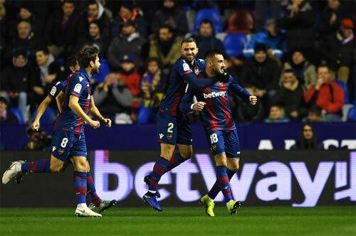 Levante khiến Real chột dạ bằng hai bàn thắng.