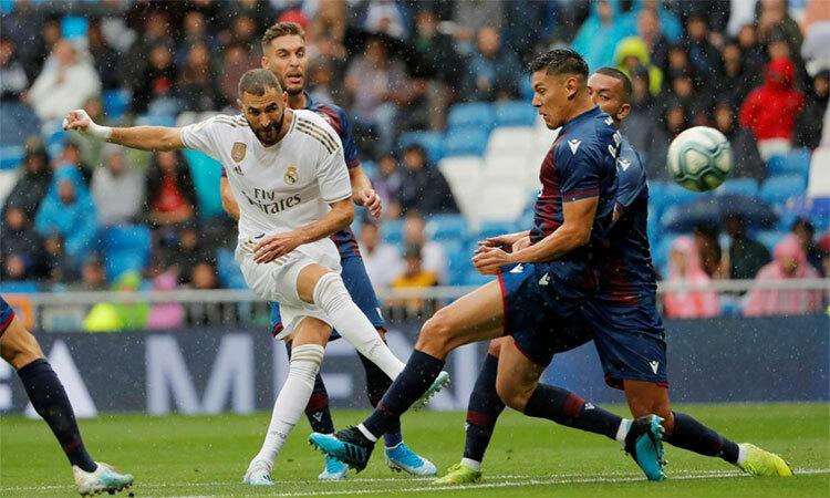Benzema quá ổn định so với những cầu thủ chuẩn bị bước sang tuổi 32. Ảnh: Reuters.
