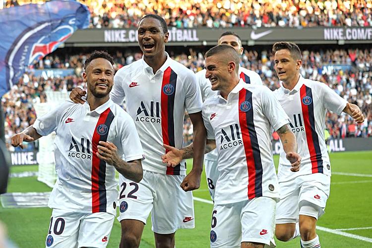 Đồng đội chia vui cùng Neymar (trái) sau bàn thắng ở phút bù giờ. Ảnh: AFP.