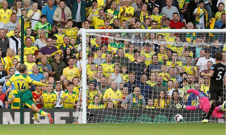 Cantwell đệm bóng cận thành, nâng tỷ số lên 2-0 cho Norwich. Ảnh: Reuters.