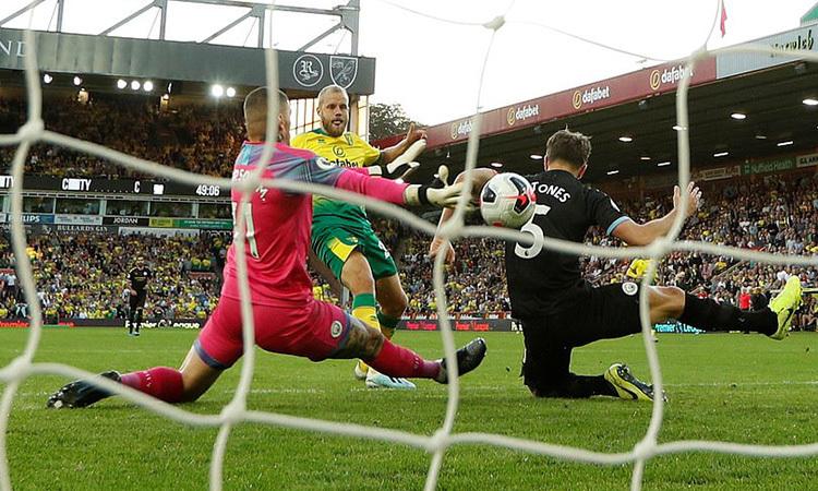 Pukki (áo vàng) nâng tỷ số lên 3-1 cho Norwich. Ảnh: Reuters.