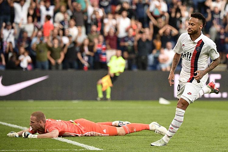 Neymar đệm bóng vào lưới trống ở phút bù giờ thứ ba, nhưng bàn thắng không được công nhận. Ảnh: AFP.
