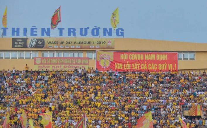 CĐV Nam Định giăng băng-rôn xin lỗi sau sự cố pháo sáng trên sân Hàng Đẫy. Ảnh: Nam Anh.