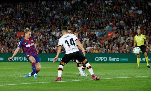 De Jong dễ dàng ghi bàn từ đường chuyền của Fati.