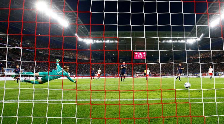 Neuer trong một pha cứu thua cho Bayern tại Red Bull Arena hôm 14/9. Ảnh: Reuters.