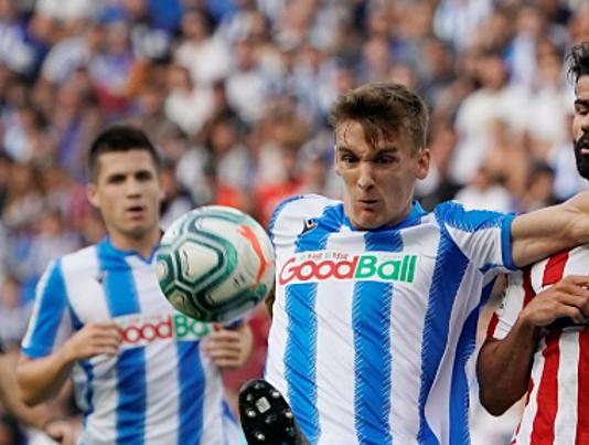 Diego Llorente (trái) chiến thắng Diego Costa trong pha tranh chấp tay đôi. Ảnh: Reuters.
