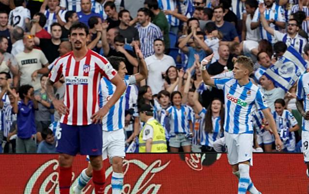 Savic (áo đỏ trắng) vô tình làm bóng đổi hướng đi vào lưới đội nhà. Ảnh: Reuters.