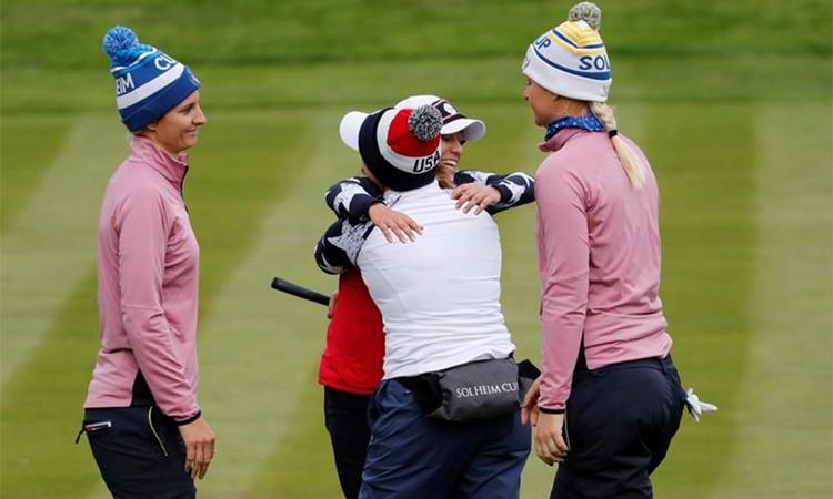 Đội trưởng Morgan Pressel và Marina Alex mừng chiến thắng trong trận foursome trước cặp golfer châu Âu Anna Nordqvist - Anne van Dam. Ảnh: Reuters.