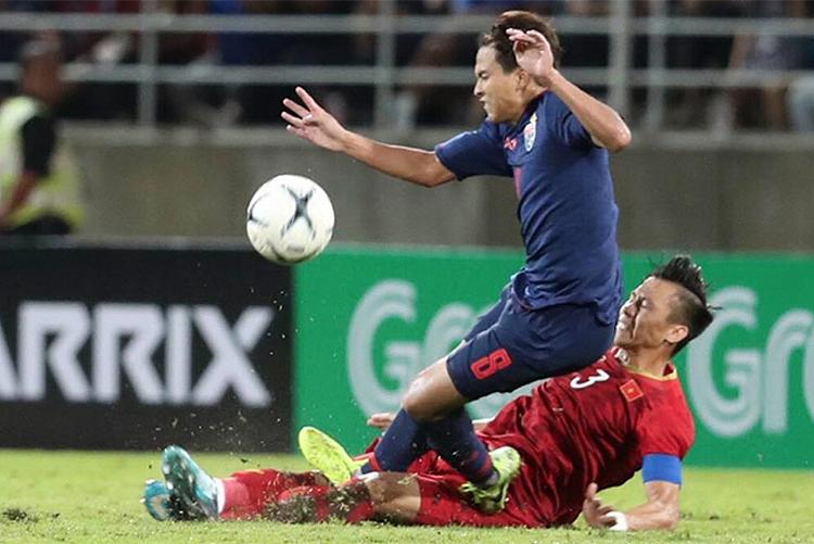 Quế Ngọc Hải chơi quyết liệt trong trận hoà 0-0 trên sân Thammasat ngày 5/9.