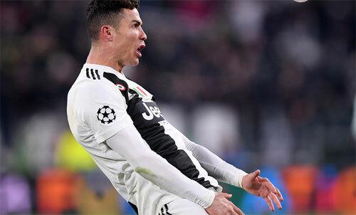 Ronaldo tái hiện hành động khoe của quý của Simeone. Ảnh: Reuters