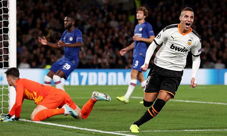 Rodrigo (phải) mừng bàn thắng duy nhất vào lưới Chelsea. Ảnh: Reuters.