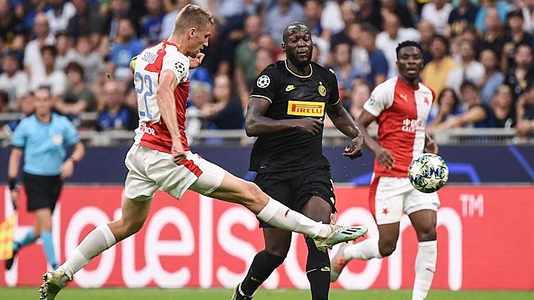 Lukaku (áo đen) không có nhiều bóng trong trận đấu. Ảnh: UEFA.