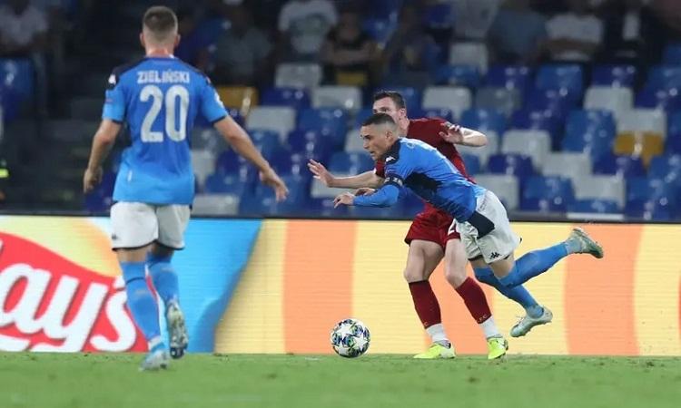 Robertson phạm lỗi vớiCallejon, khiến Liverpool bị phạt đền. Ảnh: Reuters.