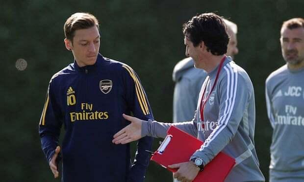 Ozil (trái) không có tên trong danh sách tới Đức của Arsenal. Ảnh: Reuters.