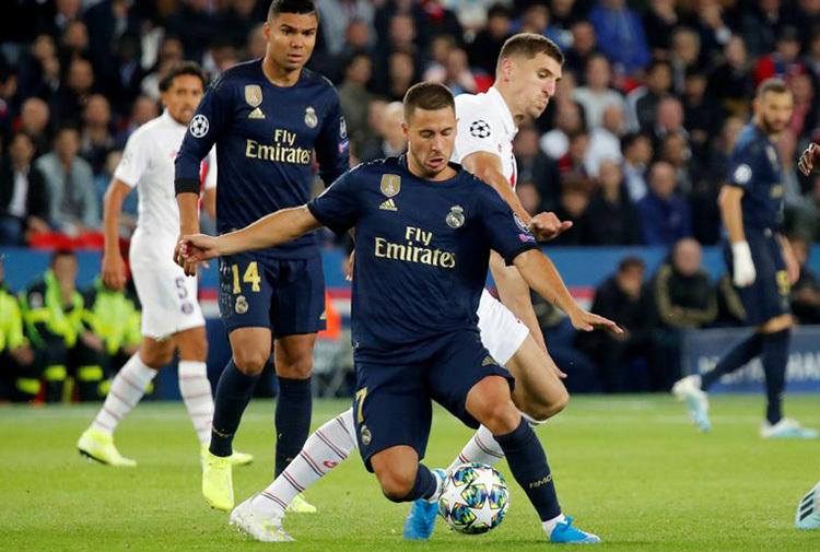Hazard tranh bóng với Meunier. Ảnh: Reuters.