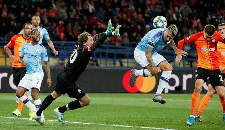 Otamendi và thủ môn Pyatov trong một pha tranh bóng. Ảnh: Reuters.