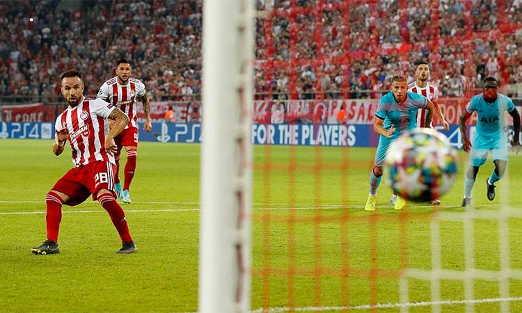 Valbuena gỡ hoà 2-2 từ chấm phạt đền. Ảnh: Reuters.