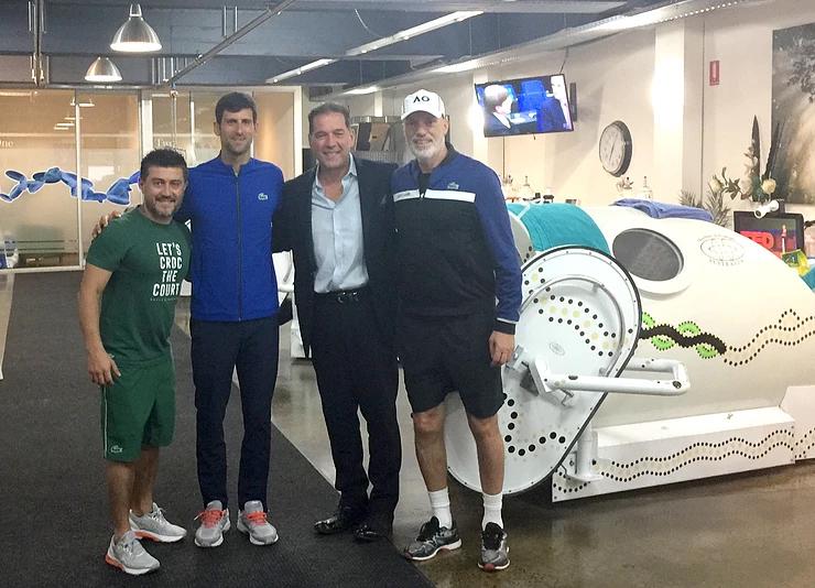 .Djokovic (thứ hai từ trái qua) rất chịu khó sử dụng buồng oxy cao áp để trị liệu. Ảnh: hyperbaricmedicineinternational.