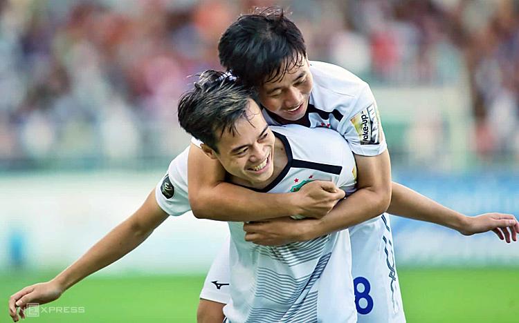 Văn Toàn và Minh Vương cùng nhau toả sáng giúp đội nhà vượt qua hoàn cảnh khó khăn. Ảnh: Hùng Linh.