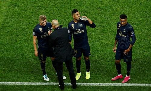 Thầy trò Zidane thua tan tác trước đối thủ quen thuộc. Ảnh: Reuters