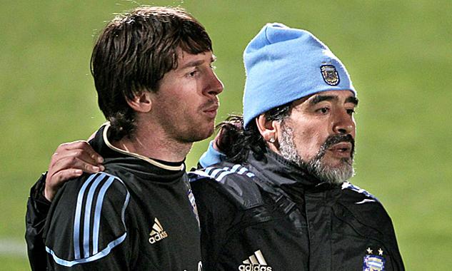 Người hâm mộ thường xuyên so sánh tài năng củaMessi và Maradona. Ảnh: EFE.