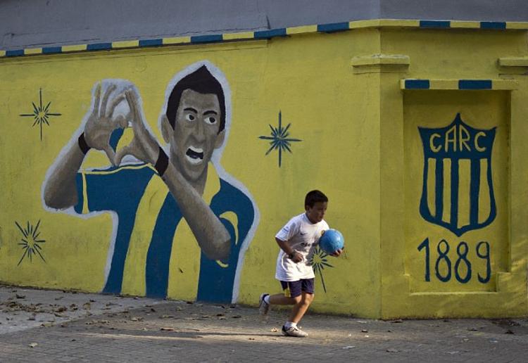 Di Maria đi lên từ quá khứ nghèo khó và đang truyền cảm hứng cho nhiều đứa trẻ có hoàn cảnh tương tự ở quê nhà Rosario. Ảnh: AFP.