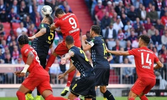 Lewandowski (số 9) đánh đầu nâng tỷ số lên 2-0 đầu hiệp hai. Ảnh: DPA.