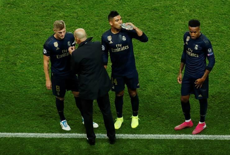 Zidane dặn dò học trò ngoài đường biên ở trận gặp PSG. Ảnh: Reuters.