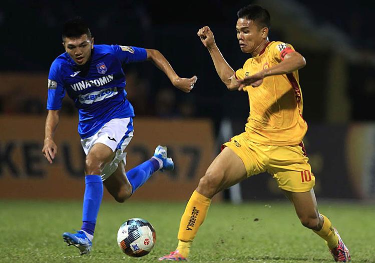 Thanh Hoá (áo vàng) đã có bảy trận thua liên tiếp và có thể rớt hạng nếu hai vòng cuối không cải thiện được phong độ. Ảnh: VPF.