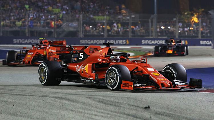 Vettel (xe số 5) đang có năm chiến thắng ở Singapore, nhiều nhất lịch sử. Ảnh:XPB.
