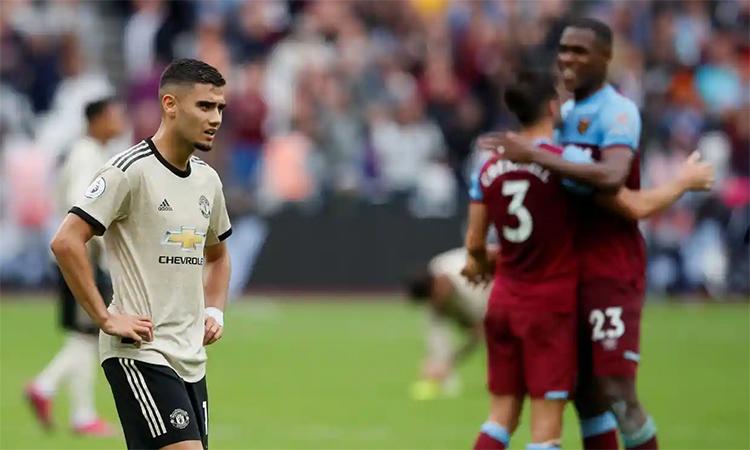Pereira tỏ ra tuyệt vọng trước màn trình diễn nghèo nàn của bản thân và đồng đội Man Utd. Ảnh: Reuters.