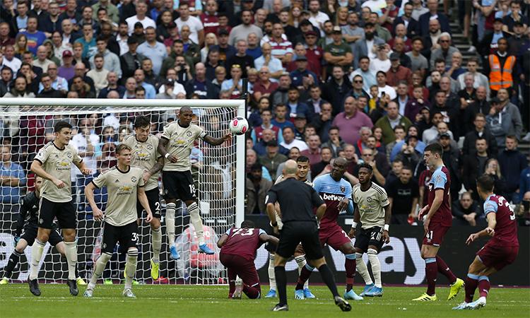Cresswell đóng đinh trận đấu với pha đá phạt hàng rào tuyệt đẹp. Ảnh: Reuters.