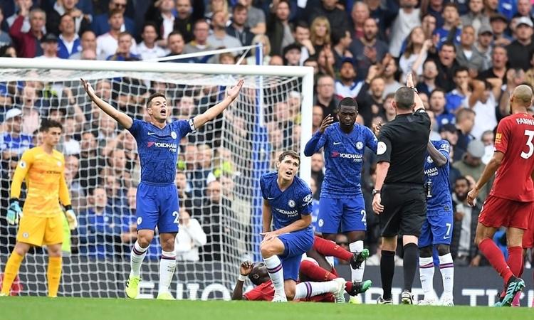 Chelsea bị Liverpool chọc thủng lưới hai lần trong vòng 30 phút đầu trận. Ảnh: DM.