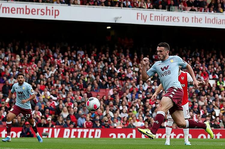 McGinn băng vào đệm bóng như chỗ không người, mở tỷ số cho Aston Villa. Ảnh: Reuters.