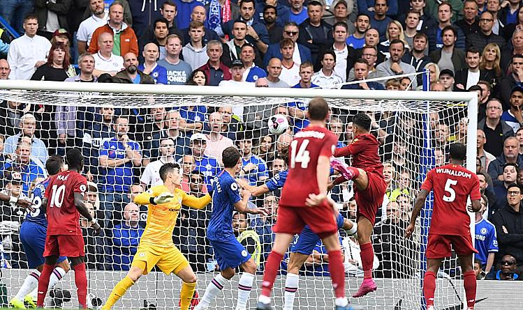 Firmino (áo đỏ, bật nhảy) đánh đầu nâng tỷ số lên 2-0 cho Liverpool. Ảnh: Mail Online.