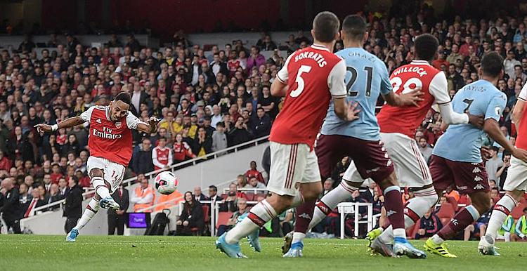 Aubameyang sút phạt thành bàn ấn định chiến thắng cho Arsenal. Ảnh: DailyMail.