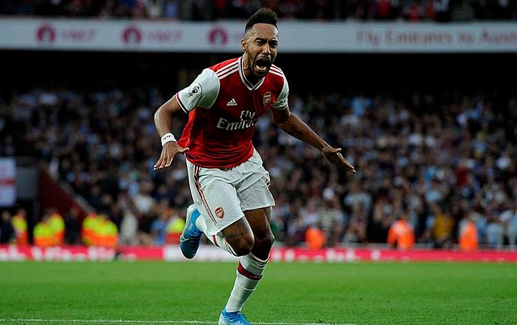 Aubameyang ăn mừng bàn ấn định chiến thắng 3-2 cho Arsenal. Ảnh: REX.
