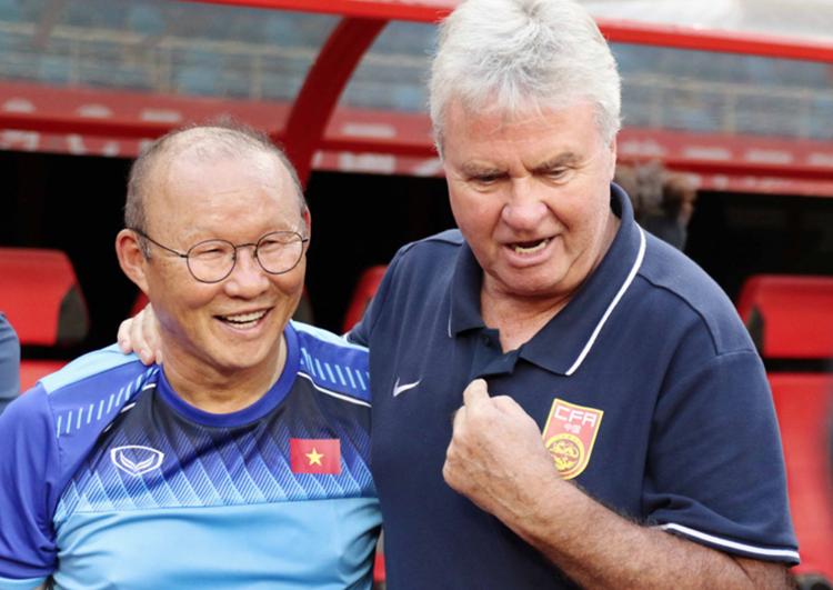 HLV Park Hang-seo tái ngộ HLV Guus Hiddink tại Vũ Hán, Trung Quốc. Ảnh: VFF