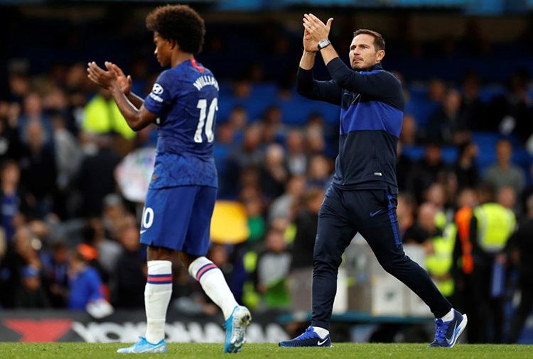 Lampard (phải) và Willian vỗ tay chào khán giả sau trận thua Liverpool. Ảnh: Reuters.
