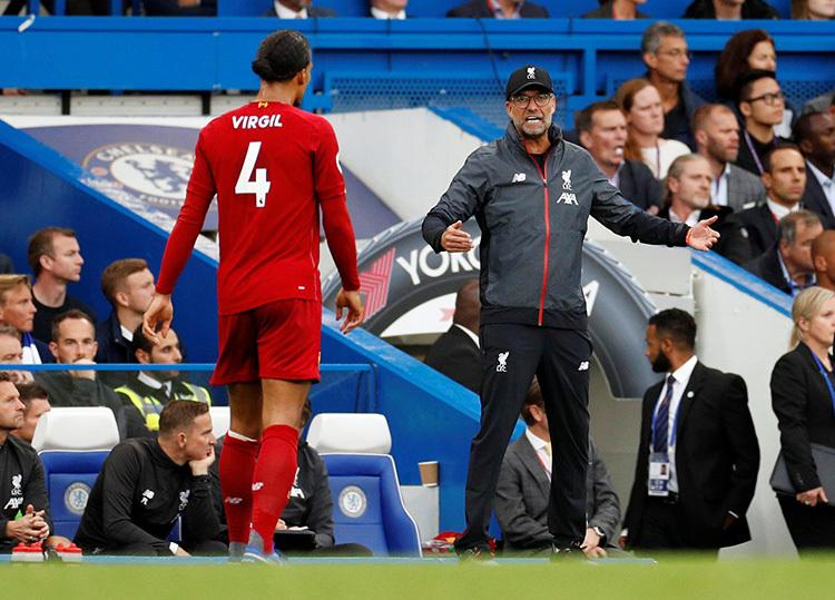 HLV Klopp (phải) ra sát đường biên chỉ đạo trong chuyến làm khách của Chelsea. Ảnh: Reuters.