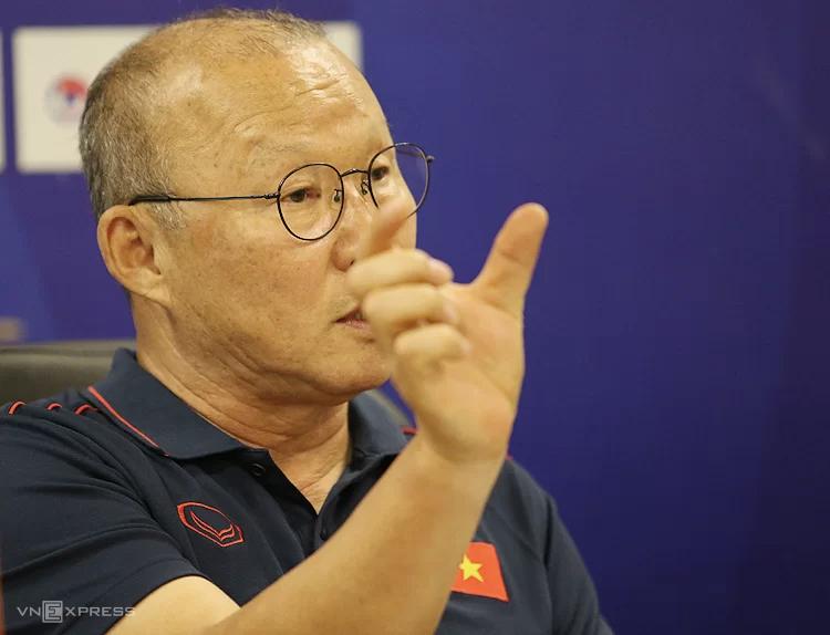 HLV Park Hang-seo đang tìm cách điều chỉnh nhân sự và chiến thuật, tránh bị Malaysia bắt bài. Ảnh: Lâm Thoả.