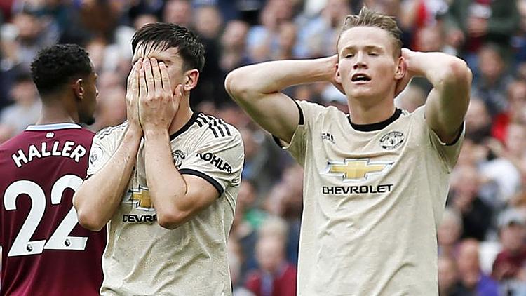 Maguire (ôm mặt) và McTominay thất vọng sau một cơ hội bị bỏ lỡ của Man Utd. Ảnh: Sky.