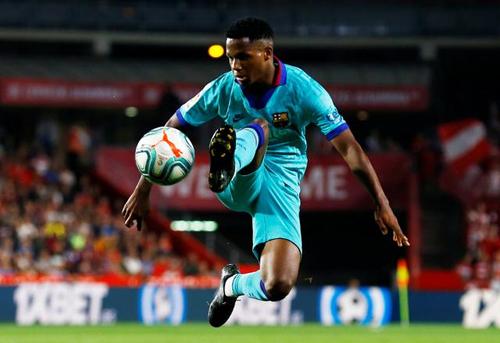 Fati khống chế bóng trong trận Granada - Barca. Ảnh: Reuters