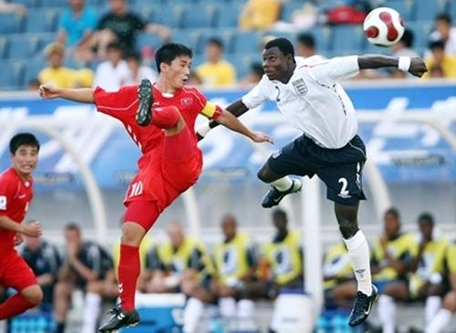 An Il-bom (trái) trong trận gặp Anh ở vòng chung kết U17 World Cup 2007. Ảnh: FIFA.