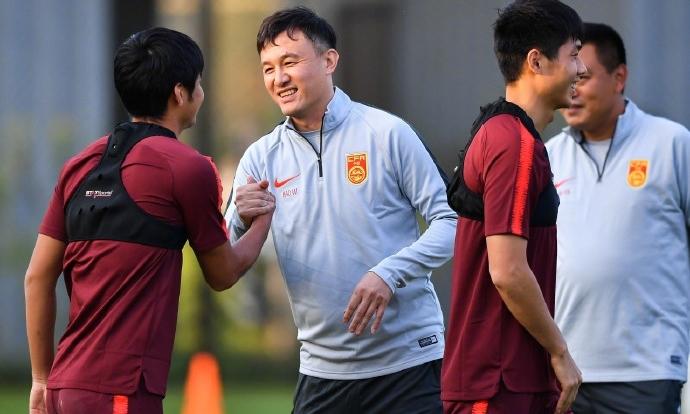 HLV Hác Vĩ bắt tay từng học trò ở đội U23 Trung Quốc. Ảnh: IC Photo.