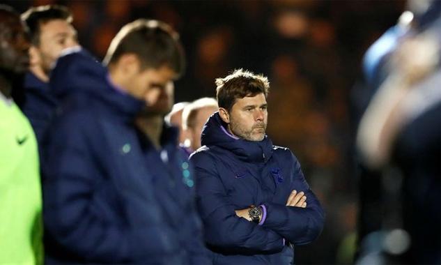 Pochettino không giấu thất vọng trước cách Tottenham bị Colchester loại ở Cup Liên đoàn Anh. Ảnh: Reuters.
