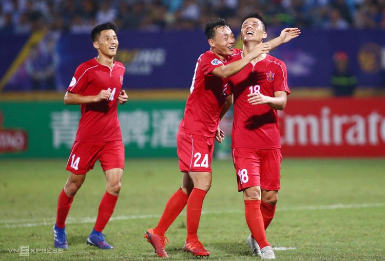 Kim Yu Song ăn mừng sau khi sút tung lưới Bùi Tiến Dũng trên sân Hàng Đẫy tối 25/9.